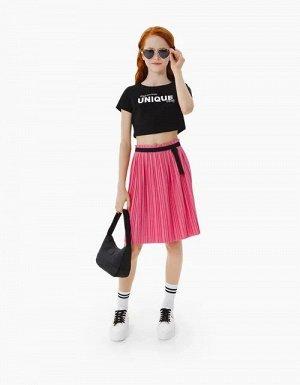Юбка дд Т.розовый,Стильная удлиненная юбка выполнена из плиссированной кулирной глади модного темно-розового оттенка. Черная эластичная лента на талии выступает как контрастный акцент и обеспечивает к