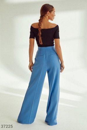 Актуальные брюки-палаццо голубого оттенка