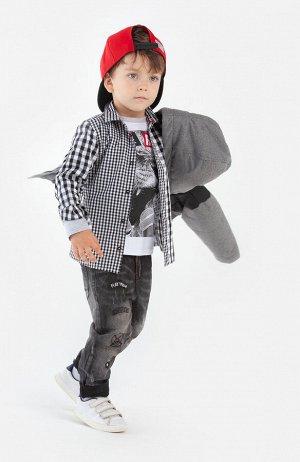 Джинсы Состав: 68% хлопок, 30% полиэстер, 2% эластан  Цвет: темно-серый  Год: 2021 Джинсы для мальчика PlayToday – основа повседневного гардероба. Модель полуприлегающего силуэта с высокой посадкой. В