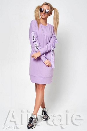 Платье лилового цвета с декором на рукавах