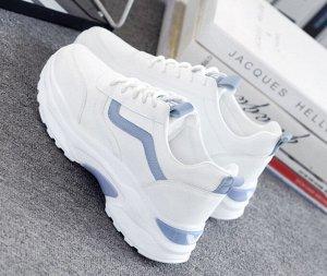 Женские кроссовки, две полоски на боковой части, голубой язычок и задник, цвет белый