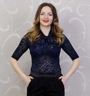 Блуза Блуза из эластичного гипюра синего цвета дополнена воротником из атласа. Размер с 40 по 50. Рост модели 164 см. на ней блуза, размер 42. Состав полиэстер 100%. Материал эластичный гипюр и атлас.