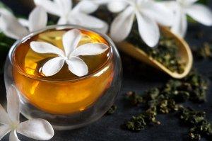 Жасмин чай Жасминовый чай — прекрасное средство фитотерапии! Считается одним из самых здоровых чаев. Успокаивающие и седативные свойства жасмина высоко ценятся и возводят его в ранг эффективного приро