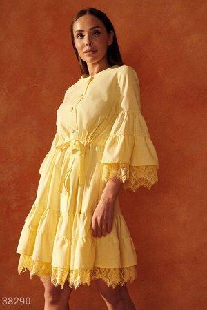 Желтое свободное платье с кружевом