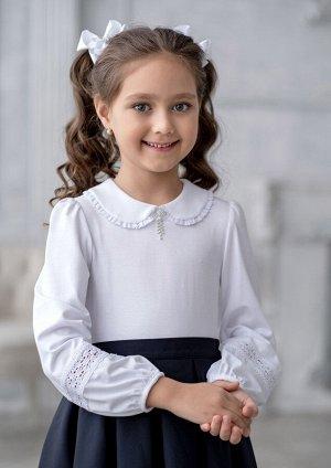 Кортни Модель блузки для младшей возрастной группы. Блузка из трикотажного полотна. Блузка с застёжкой сзади по спине от горловины под воротником на воздушную петлю-пуговицу. Воротник отложной округло
