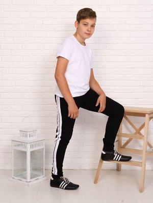 Брюки Цвет: черный; Состав: хлопок 92%, лайкра 8%; Материал: Кулирка с лайкрой Спортивный стиль брюк подчеркивают лампасы. Пояс брюк регулируется шнурком. По низу - манжеты. В боковых швах брюк вмести