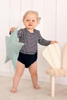 Боди Состав: Хлопок 100 % Ваш малыш будет великолепно смотреться в этом оригинальном боди с имитацией футболки. Боди выполнено в сочном синем цвете с рисунком в полоску. Практичные застежки-кнопки на
