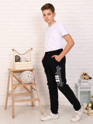 Брюки Цвет: черный; Состав: хлопок80%, п/э20%; Материал: плотный футер трехнитка с начесом Очень теплые брюки на мальчика. Модель зауженного силуэта с притачным поясом, внизу на манжетах, в боковых шв