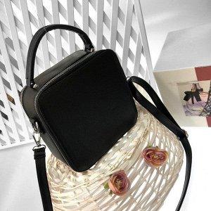Изящная сумочка-коробочка Qifel с ремнем через плечо из матовой эко-кожи чёрного цвета.