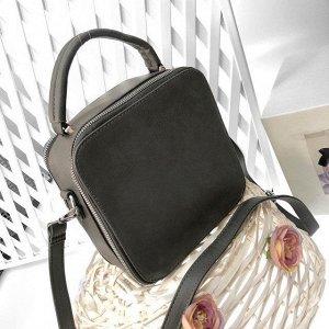 Изящная сумочка-коробочка Qifel с ремнем через плечо из матовой эко-кожи графитового цвета.