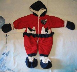 Комбинезон Турция. На новорожденного. Сверху ткань,внутри махра. Пинетки и рукавички съемные. длина 49см.Подойдет как  девочке, так и мальчику.