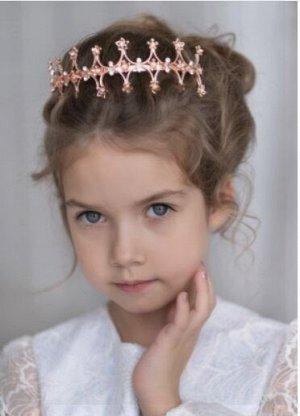 Ободок Восхитительный ободок для девочек, декорирован стразами, а также аппликацией в виде цветочков из тонкого металла.