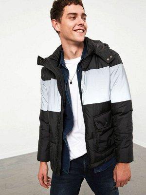 Куртка Тип товара: Куртка Длина: Длина ниже пояса Форма: Стандарт Толщина: Толстая Длина рукава: Длинный рукав Воротник: С капюшоном Варианты размеров в этой модели: S Варианты расцветок в этой модели