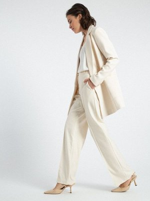Брюки Состав ткани: 60% Вискоза, 37% Полиэстер, 3% Эластан Описание модели С брюками-палаццо благородного молочного оттенка можно составить не только офисный лук, но и образ на выход. Прямой и широкий
