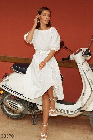 Лаконичное платье с плиссированной юбкой
