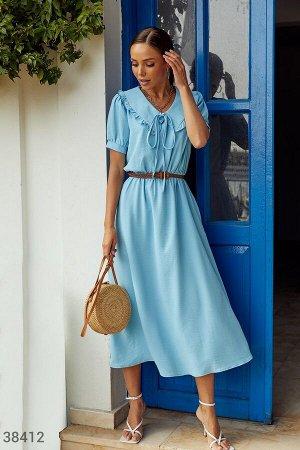 Голубое платье с акцентным поясом