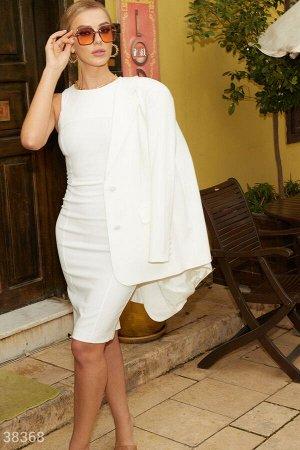 Однотонное платье молочного оттенка