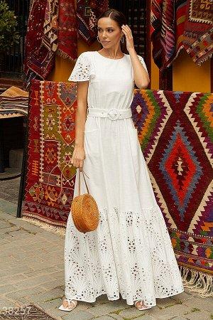 Белое платье с ажурными деталями