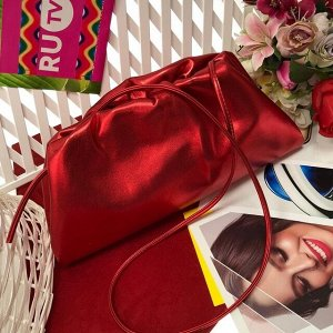 Объёмный клатч Banlectega с ремнем через плечо из качественной эко-кожи цвета перламутровой вишни.