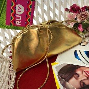 Объёмный клатч Banlectega с ремнем через плечо из качественной эко-кожи золотистого цвета.