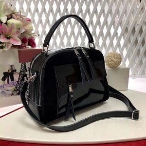 Лаконичная сумочка Vittoria из натуральной кожи в сочетании с натуральной замшей черного цвета.