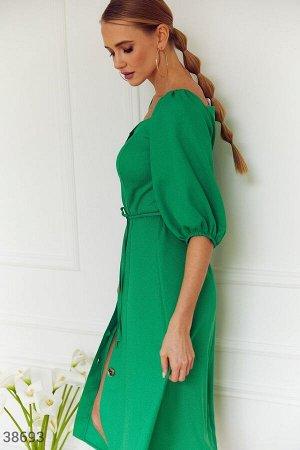 Приталенное платье насыщенного зеленого оттенка