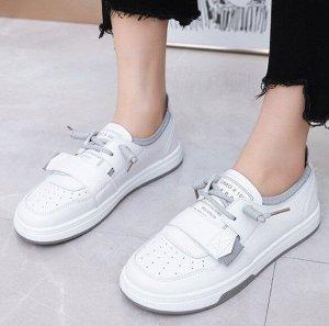 Женские кроссовки, цвет белый, серые шнурки, на липучке