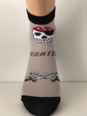 Носки Носки детские демисезонные для мальчиков с рисунком. Рисунок везде пират, цвета разные. Хлопок – 74%, ПА – 20%, Эластан – 6%