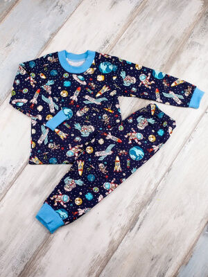 Пижама Состав: Хлопок 100 %; Материал: Футер с начесом Теплая и уютная пижама с небольшим начесом на мальчика. Брюки с манжетами, пояс на резинке. Окантовка головины в цвет манжетов на рукавах. Интере