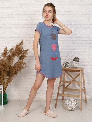 Платье Цвет: голубой; Состав: Хлопок 100 %; Материал: Кулирка Удобное домашнее платья для девушек. О-образная горловина, длина изделия выше колена по бокам укорочена. Принт на полочке.