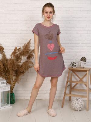 Платье Цвет: сирень; Состав: Хлопок 100 %; Материал: Кулирка Удобное домашнее платья для девушек. О-образная горловина, длина изделия выше колена по бокам укорочена. Принт на полочке.