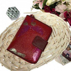 Кошелёк двойного сложения Estate с фактурным тиснением рубинового цвета из комбинированной кожи.