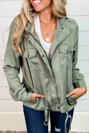 Оливковая куртка с нагрудными карманами