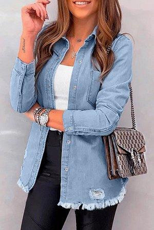 Голубая джинсовая куртка с потертостями