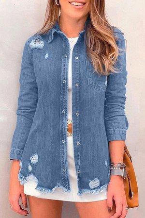 Синяя джинсовая куртка с потертостями