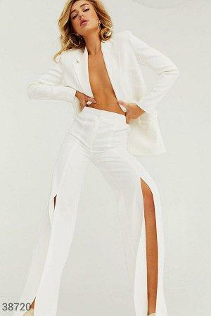 Белые брюки с высокими разрезами