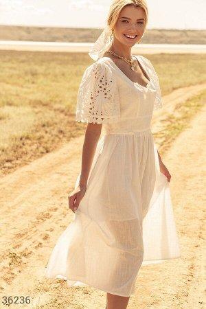 Приталенное платье с ажурными рукавами