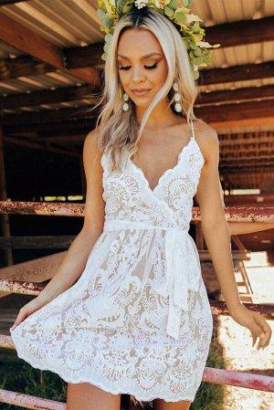 Белое кружевное мини-платье на тонких бретелях с завязкой на талии