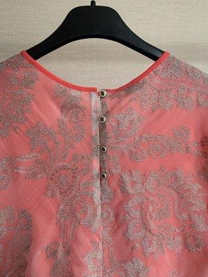 Блуза Блуза NOCHE MIO 6.786-3  Состав: Шелк-100%; Сезон: Весна-Лето Рост: 164  Блузка прямого силуэта. Верхняя часть выполнена из натурального шёлка с вышивкой светлого золота, нижняя - из яркого и л
