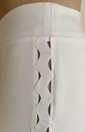 Брюки Брюки NOCHE MIO 4.131  Состав: Хлопок-68%; Эластан-5%; Нейлон-27%; Сезон: Лето Рост: 164  Зауженные брюки молочного цвета с оригинальной тесьмой по бокам. Длина брюк по боковому шву 97 см.