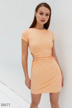 Персиковое платье из трикотажа в рубчик