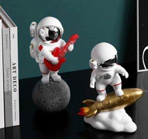 Интерьерная фигура Космонавт с гитарой на Лун