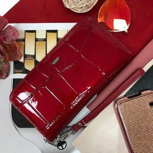 Полноразмерный кошелек Pelican класса люкс из натуральной лаковой кожи рубинового цвета.