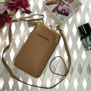 Эргономичная сумочка с кармашком на застёжке-поцелуйчике Maex цвета кремовой пудры.