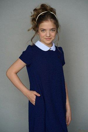 Платье Состав: 65%ПЭ 30%хлопок 5%лайкра.  Цвет: синий.   Платье с коротким рукавом на девочку выполнен из плотного текстильного жакардового полотна. Элегантность модели подчеркнута контрастным воротни