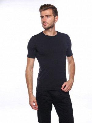 Мужская футболка с круглым вырезом и коротким рукавом.