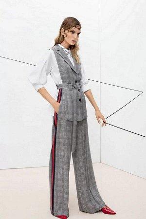 Брюки Брюки женские из костюмно-плательной ткани, широкие, на притачном поясе. Застежка брюк в верхней части среднего шва передних частей на тесьму-молнию, на одну петлю и пуговицу по концам пояса. По