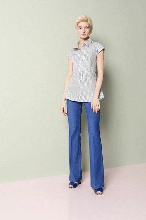 Брюки Брюки женские из джинсовой ткани, расширенного к низу силуэта, на притачном поясе. Застежка брюк в верхней части среднего шва передних частей на тесьму-молнию, петлю и пуговицу по концам пояса.