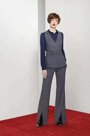 Брюки Брюки женские из костюмно-плательной ткани, расширенные книзу, на притачном поясе. Застежка брюк в верхней части среднего шва передних частей на тесьму-молнию, две петли и пуговицы по концам поя