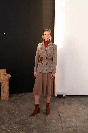 Жакет Жакет женский, из текстильной ткани, полуприлегающего силуэта со смещенной бортовой застежкой на две петли и пуговицы. На правой части переда соответственно расположению петли пришиты отделочные